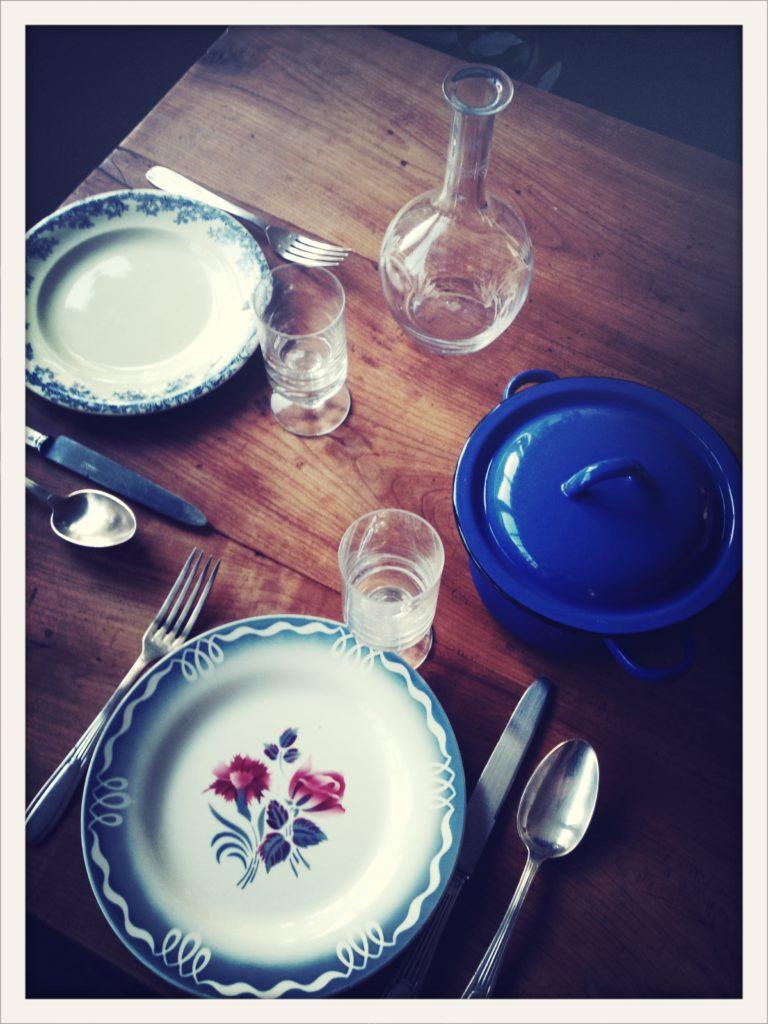 Ravigote, table d'hôte et la décoration soignée. Mobilier et vaisselle chiné pour que le plaisir ne soit pas que dans l'assiette ! Ravigote, une cusine simple, vintage et authentique !